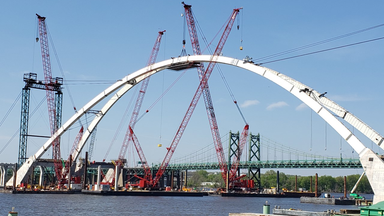 The keystone of the new I-74 bridge arch is put in place on May 6, 2020 (photo: Bryan Bobb, OurQuadCities.com)